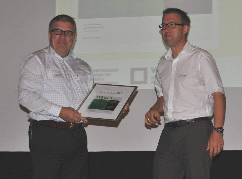 Hans-Peter Lanz (Verkaufsleiter Pavatex) nimmt das Zertifikat für die Jahresleistung 2010 von Robert Schmidlin (Präsident VGQ) in Empfang ¦ Bild: Schweizer Holzzeitung