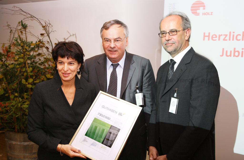 Bundesrätin Doris Leuthard freute sich über das Guthaben von 7,85 Mio. Tonnen CO2 aus dem jährlichen Holzzuwachs. UVEK-Chefin Doris Leuthard; Jean-François Rime, Präsident HIS; Uwe Germerott, Geschäftsführer VGQ und CO2-Bank Schweiz