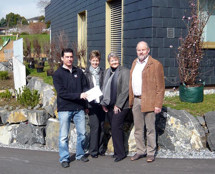 Rico Kaufmann von Kaufmann Oberholzer übergibt das Zertifikat an Susi Hürlimann (Verwaltung), Herr und Frau Bänninger (Bauherrschaft) der Minergie-Eco-Siedlung Aatal-Weiher in Gossau SG
