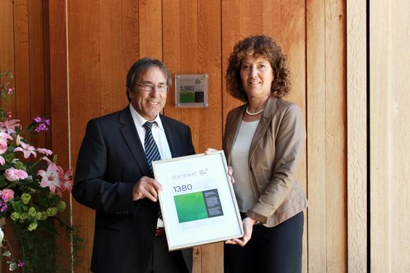 Heinz Müller und RR Barbara Egger-Jenzer bei der Zertifikats-Übergabe vor der Berner Fachhochschule in Biel.