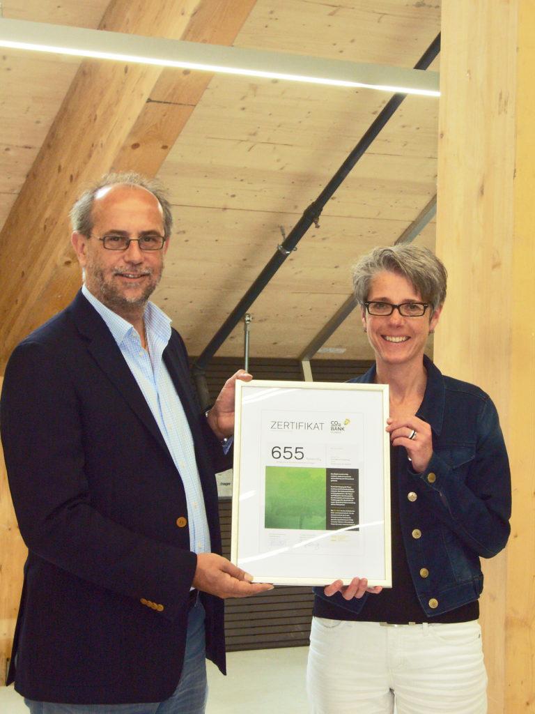 Uwe Germerott, Geschäftsführer VGQ und Katharina Teuscher, Geschäftsführerin Umwelt Arena bei der Zertifikatsübergabe