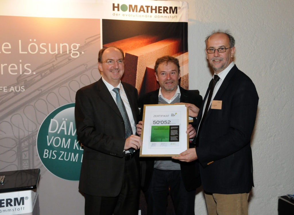 Klimafreundliche Jahresleistung: Horst Mosler, Geschäftsführer HOMATHERM und Stephan Chassot, Geschäftsführer HOMATHERM Schweiz erhalten das Zertifikat von Uwe Germerott, Geschäftsführer CO2-Bank Schweiz (v.l.n.r).