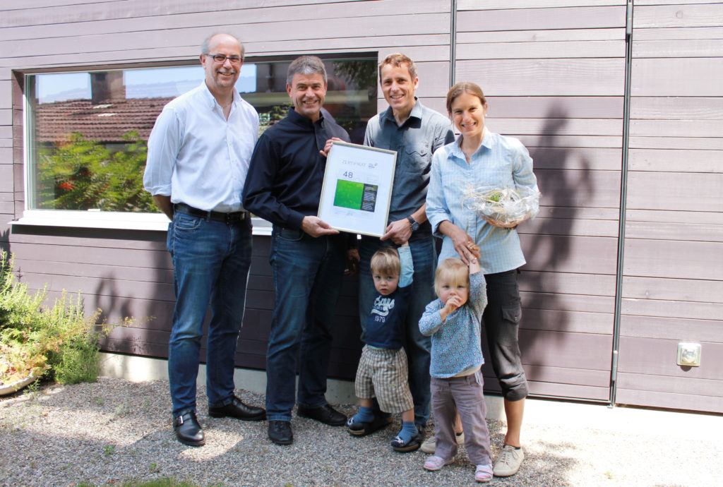 Feierliche Zertifikatsübergabe v.l.n.r: Uwe Germerott, Geschäftsführer VGQ, Heinz Beer und Beer Holzbau überreichten das Zertifikat an Familie Niggli-Luder