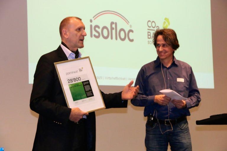 Sergio Fräfel, Geschäftsführer der isofloc AG bedankt sich bei Urs Luginbühl und der CO2-Bank für die Auszeichnung